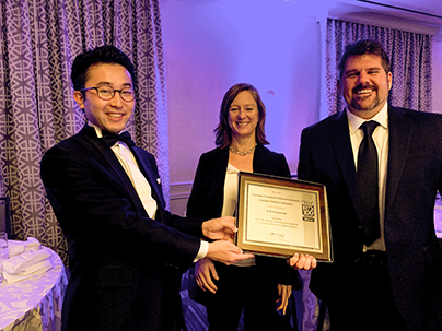 Kento Sato and colleagues with the R&D 100 Award certificate