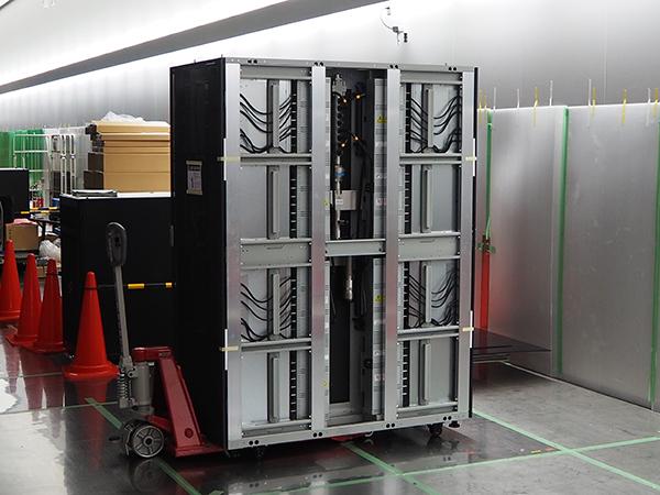 写真:計算機室に搬入された最後の筐体
