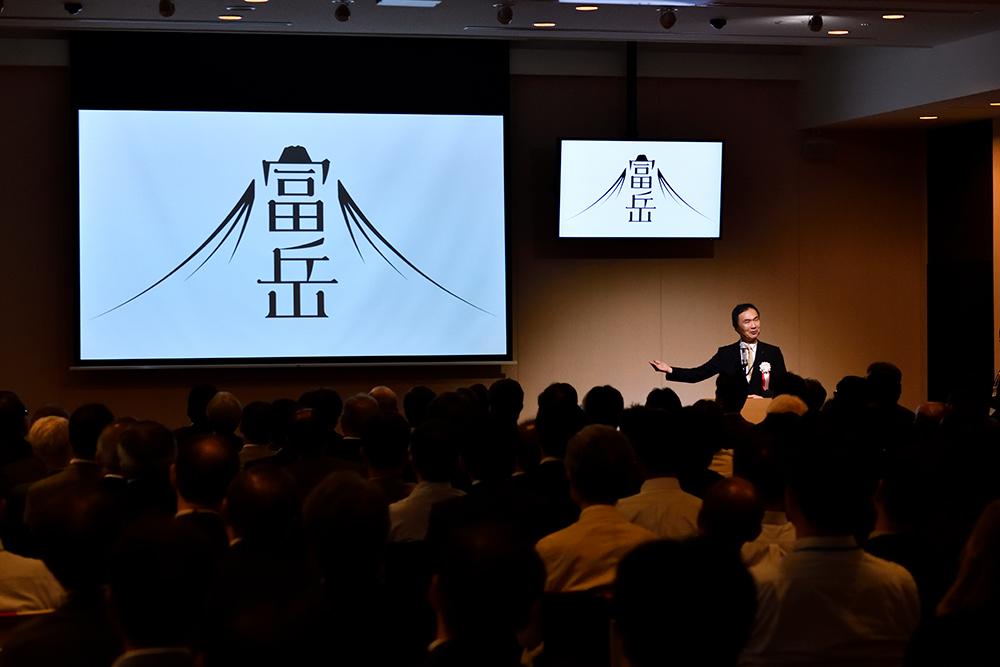 写真:ありがとう京シャットダウンセレモニーにてロゴマークを紹介する松岡センター長